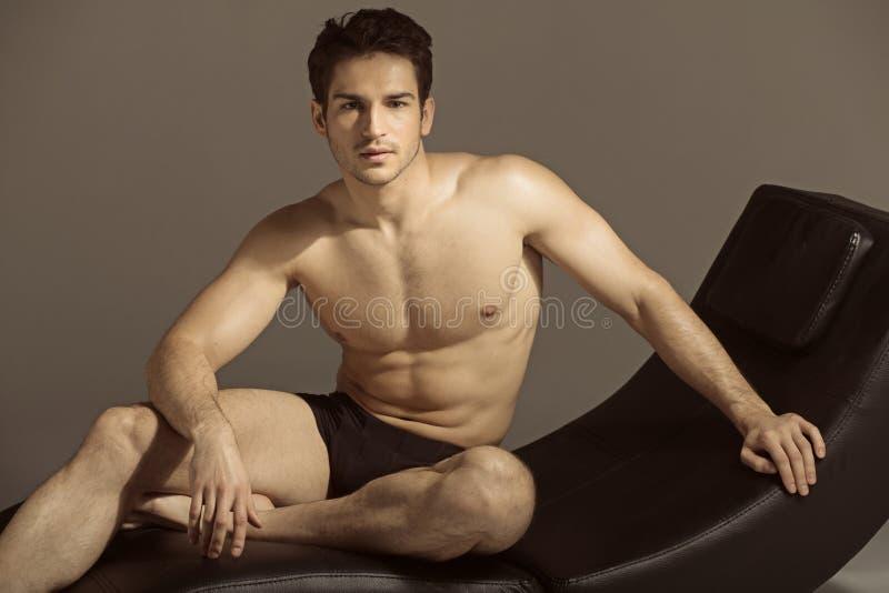 Brunetka mężczyzna relaksuje po gym zdjęcia stock