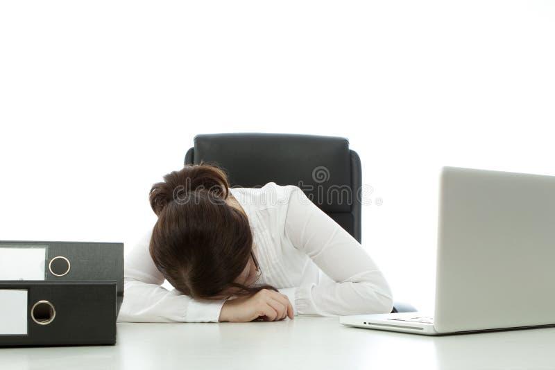 Brunetka młody bizneswoman spadać uśpiony na biurku obrazy royalty free