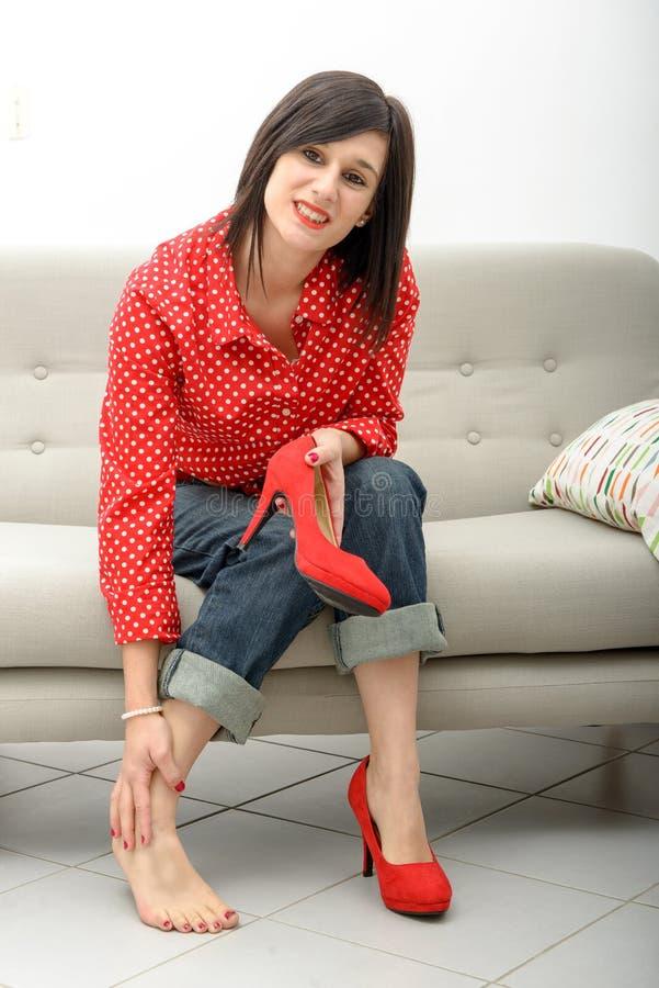 Brunetka ma ból w ciekach po być ubranym heeled buty zdjęcia royalty free