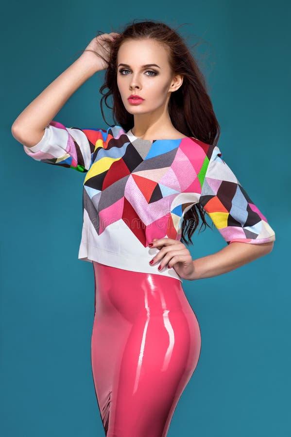 Brunetka model w modzie odziewa zdjęcia royalty free