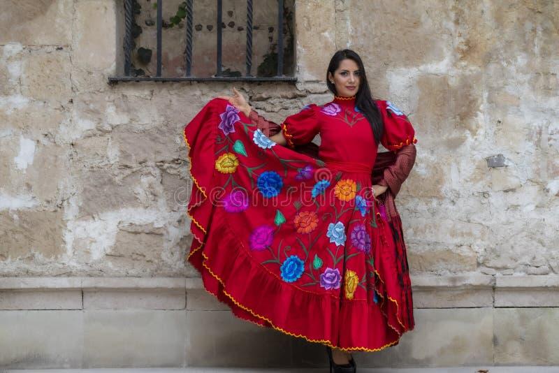 Brunetka modela Urocze Latynoskie pozy Outdoors Na Meksyka?skim rancho zdjęcie royalty free