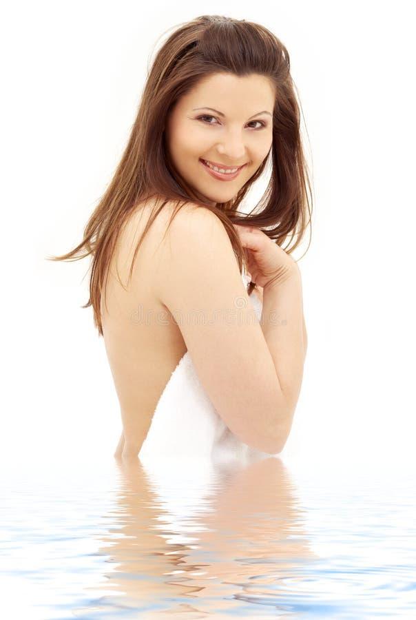 brunetka ręcznik wody uroczy biały obraz stock