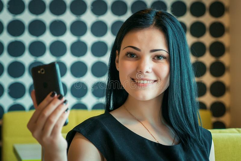 Brunetka robi selfie fotografii używać telefon komórkowego zdjęcie royalty free