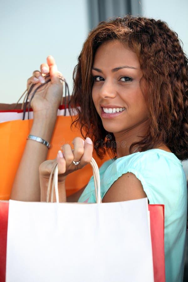 Brunetka trzyma udziały torby zdjęcia stock