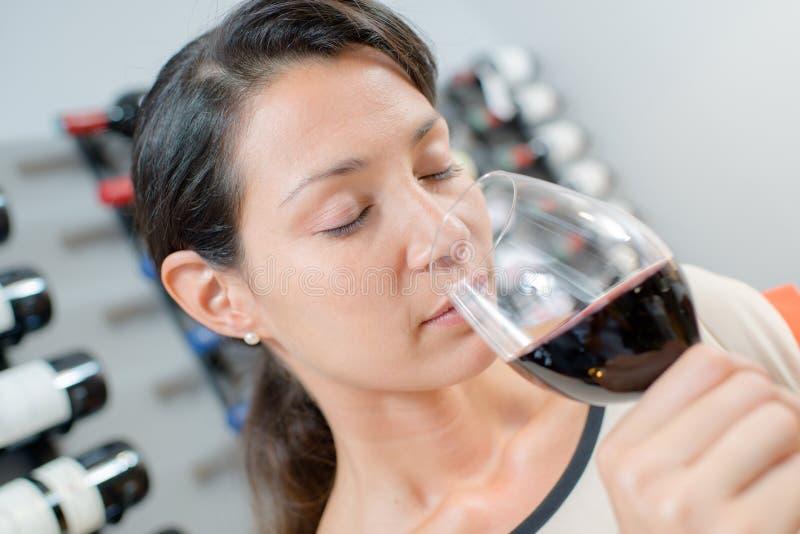 Brunetka wącha czerwone wino fotografia royalty free