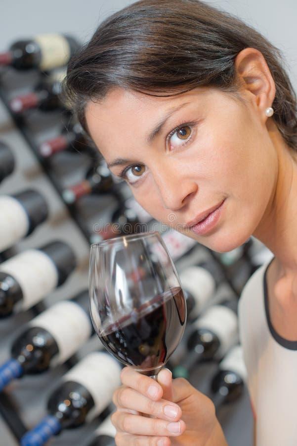 Brunetka wącha szklanego wino obrazy stock