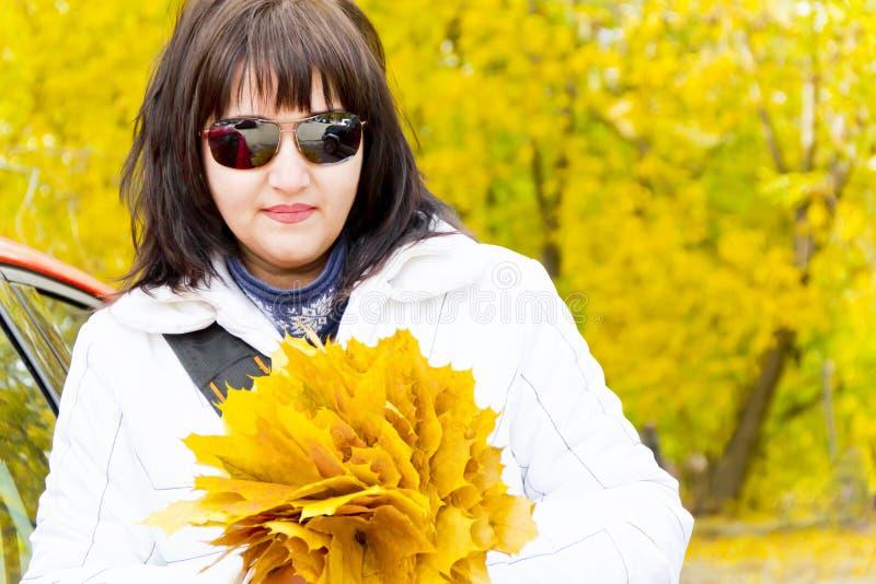 Brunetka w żółtej jesieni zdjęcia stock