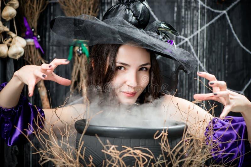 Brunetka z brązem ono przygląda się w wizerunku czarownica zdjęcia stock