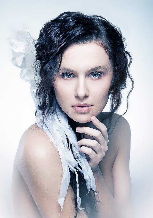 brunetki ładnego portreta dymiący potomstwa obraz stock