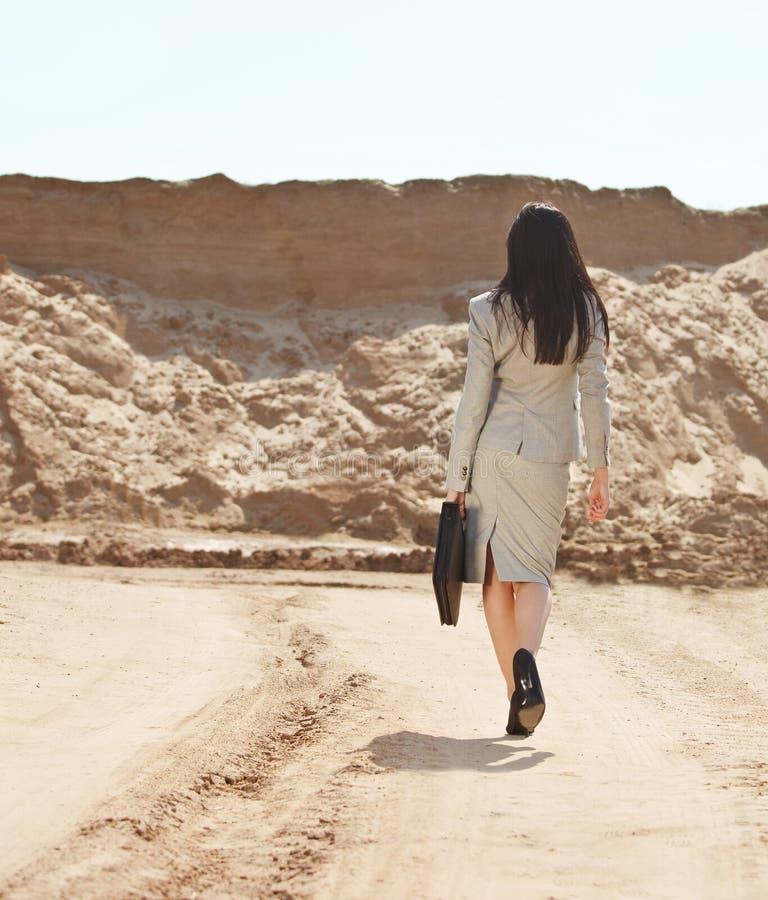 Biznesowa kobieta w pustyni zdjęcia royalty free
