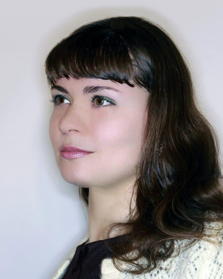 Brunetki dziewczyna w profilowy patrzeć naprzód zdjęcia royalty free