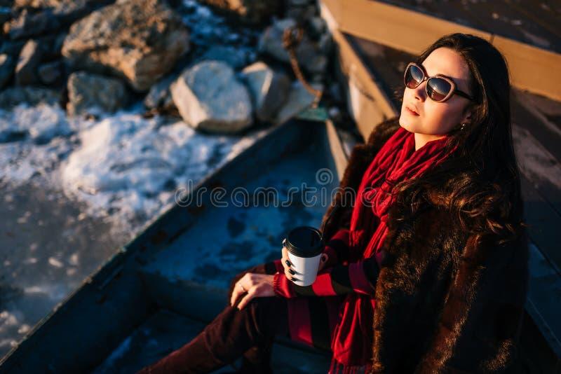 Brunetki dziewczyny spacer plenerowy w parku z filiżanką kawy fotografia stock