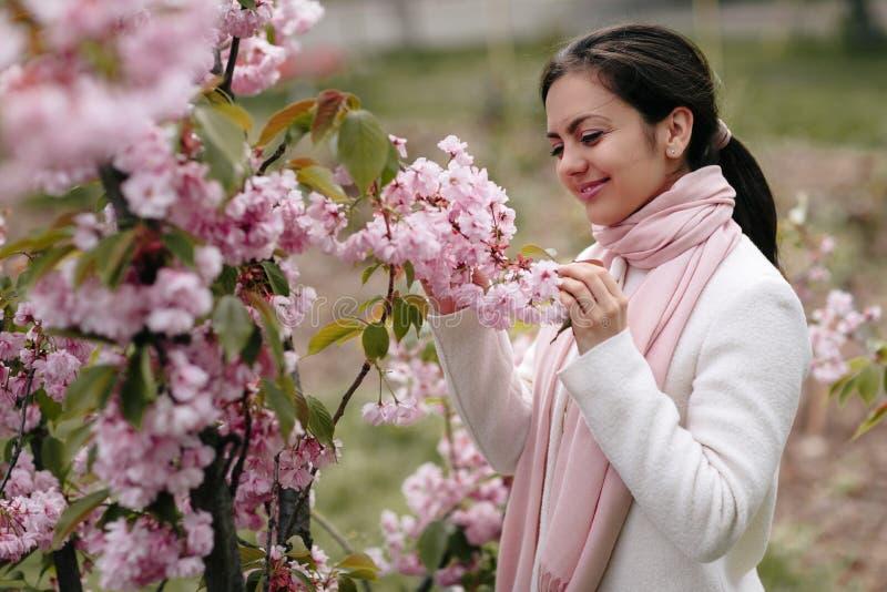 Brunetki kobieta cieszy się wiosna dzień w parku zdjęcia stock