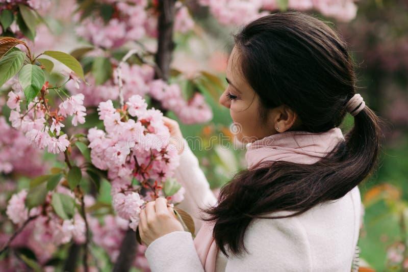 Brunetki kobieta cieszy się wiosna dzień w parku obrazy stock