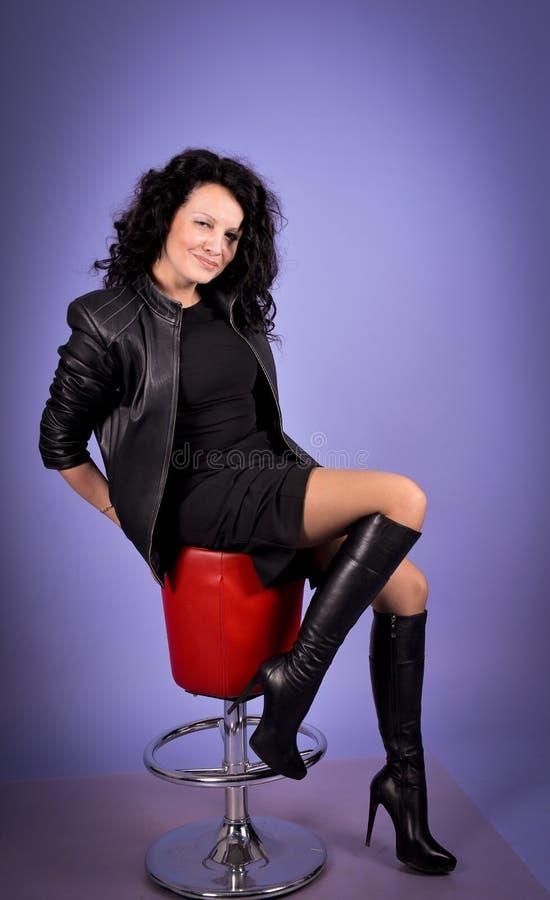 Brunetki kobieta na chear zdjęcia stock