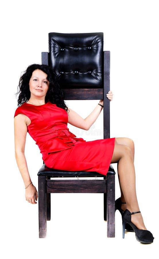 Brunetki kobieta na krześle obrazy stock