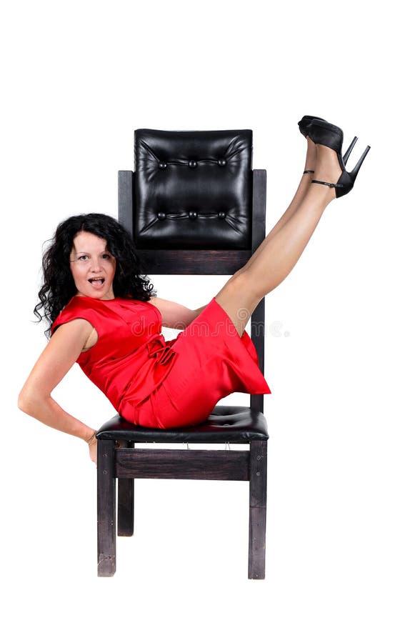 Brunetki kobieta na krześle zdjęcie royalty free