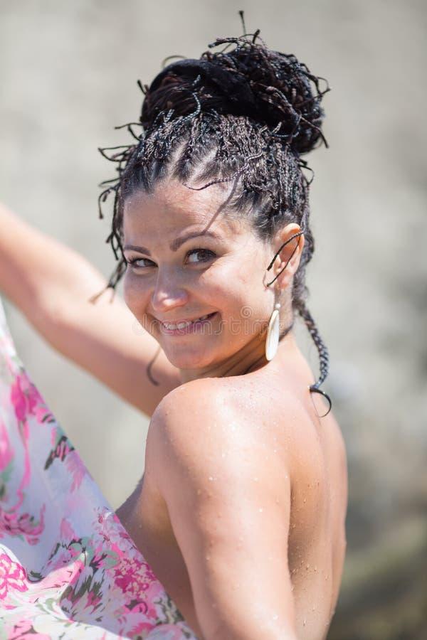 Brunetki kobieta ono uśmiecha się patrzejący kamerę obraz royalty free
