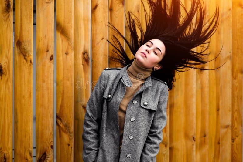 Brunetki kobieta plenerowa z dmuchaniem - w górę włosy obrazy stock