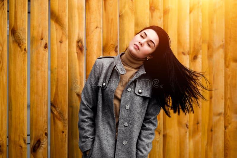 Brunetki kobieta plenerowa z dmuchaniem - w górę włosy obraz royalty free