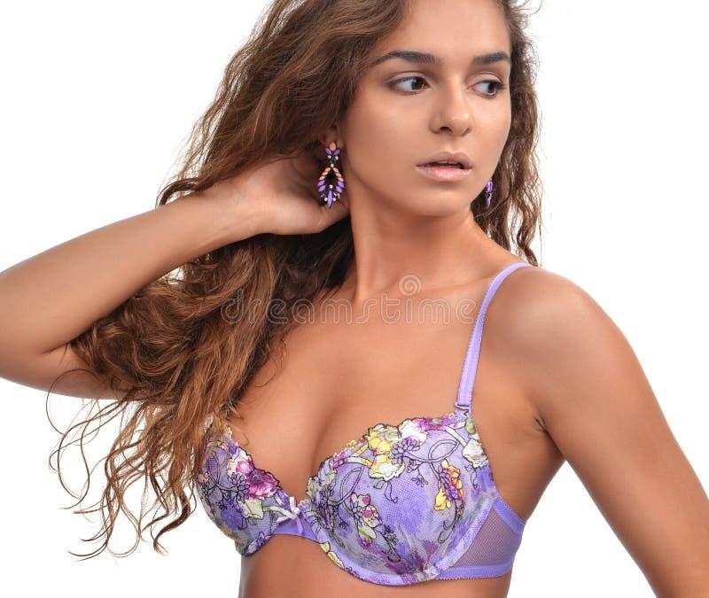 Brunetki kobieta pozuje w purpurowym nowożytnym bikini swimsuit, fashi i obraz royalty free
