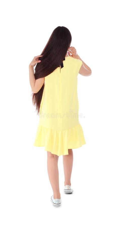 Brunetki kobieta w kolor żółty sukni na białym tle obraz royalty free