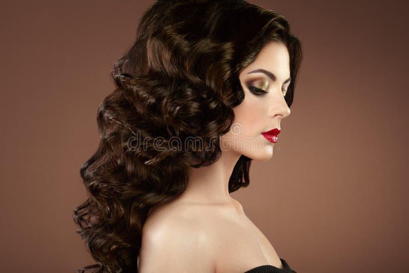 Brunetki kobieta z kędzierzawą fryzurą zdjęcie royalty free