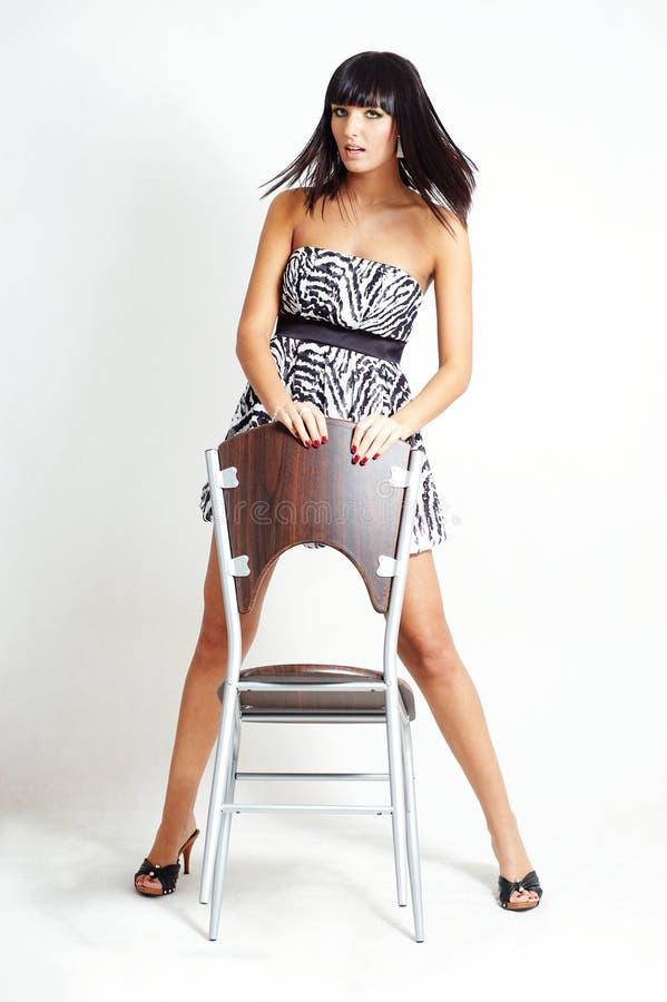brunetki krzesła mody kobieta fotografia stock