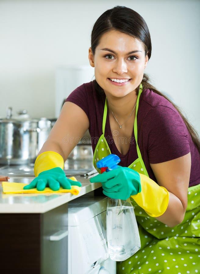 Brunetki okurzanie w kuchni obrazy stock
