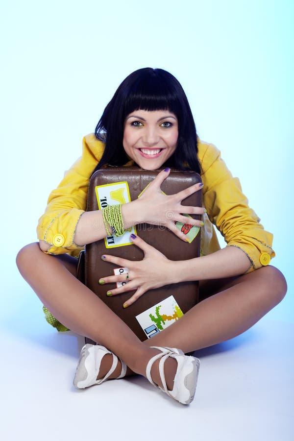 brunetki piękna walizka obraz stock