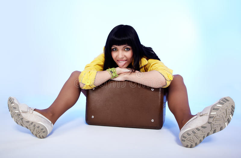 brunetki piękna walizka zdjęcie royalty free