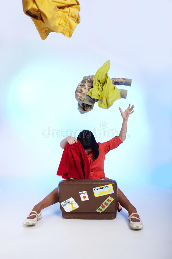 brunetki piękna walizka zdjęcia stock