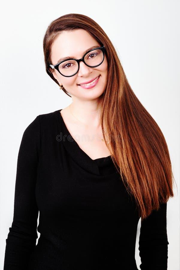 brunetki portreta uśmiechnięci potomstwa fotografia stock