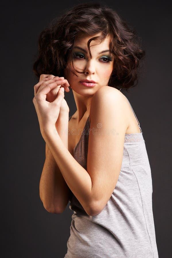 brunetki tła ciemno stanowić dziewczyny zdjęcia royalty free