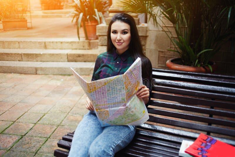 brunetki włosiana turystyczna dziewczyna cieszy się jej urlopową podróż w Barcelona obraz royalty free