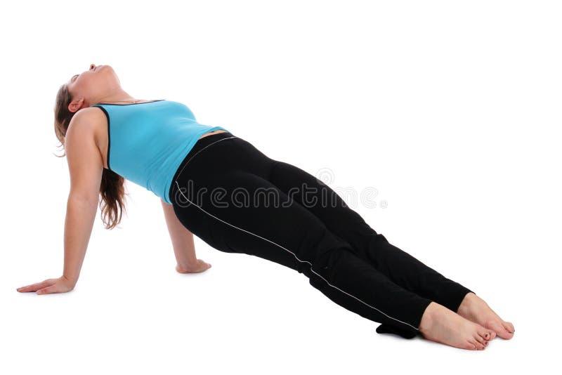 Brunetsportmädchen, das auf Fußboden trainiert stockfotos