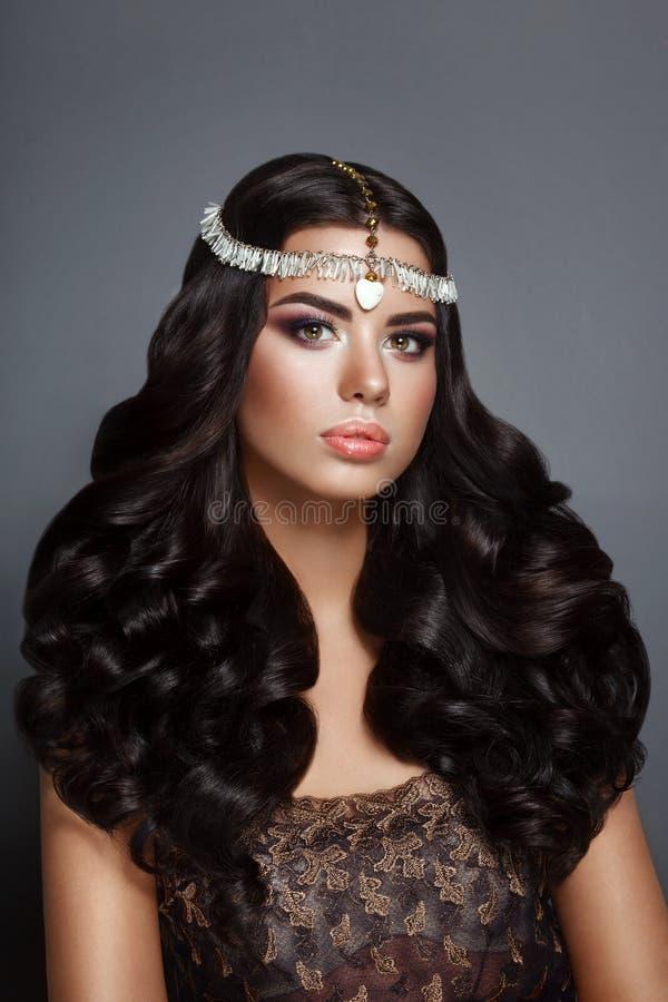 Brunett för glamourskönhetkvinna med härligt skinande gourgeous perfekt lockigt hår och makeup arkivfoto