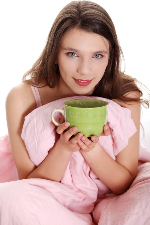 brunett som dricker varmt nätt för flicka något som är teen royaltyfria foton
