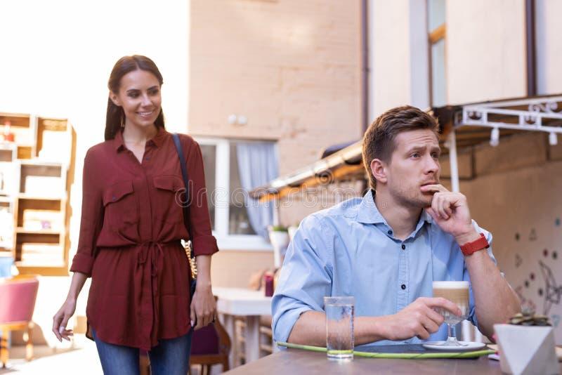 Brunett som kommer för lunch med hennes älska man arkivfoto