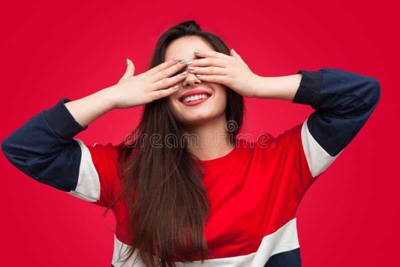 Brunette γοητείας που καλύπτει τα μάτια στην έκπληξη στοκ φωτογραφίες