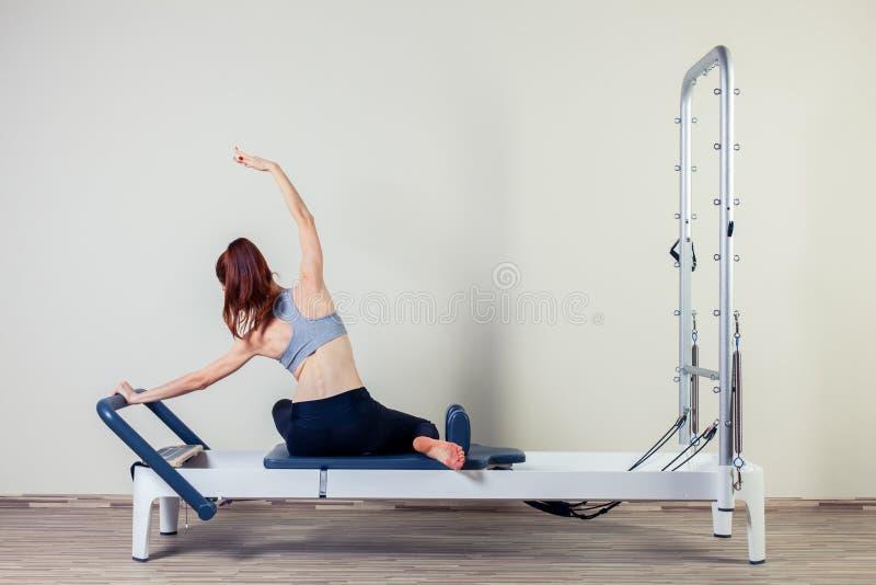 Brunette γυναικών ασκήσεων μεταρρυθμιστών Pilates workout στοκ εικόνα με δικαίωμα ελεύθερης χρήσης