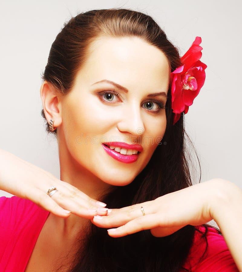 Brunette με μακρυμάλλη στο ρόδινο ευτυχές χαμόγελο ένδυσης στοκ φωτογραφία με δικαίωμα ελεύθερης χρήσης