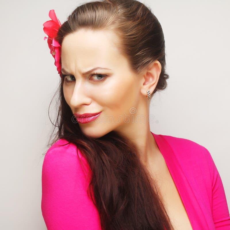 Brunette με μακρυμάλλη στο ρόδινο ευτυχές χαμόγελο ένδυσης στοκ εικόνες