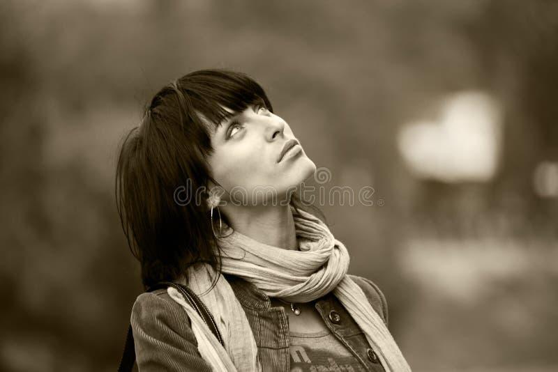brunette που έχει τις νεολαίες  στοκ εικόνες με δικαίωμα ελεύθερης χρήσης