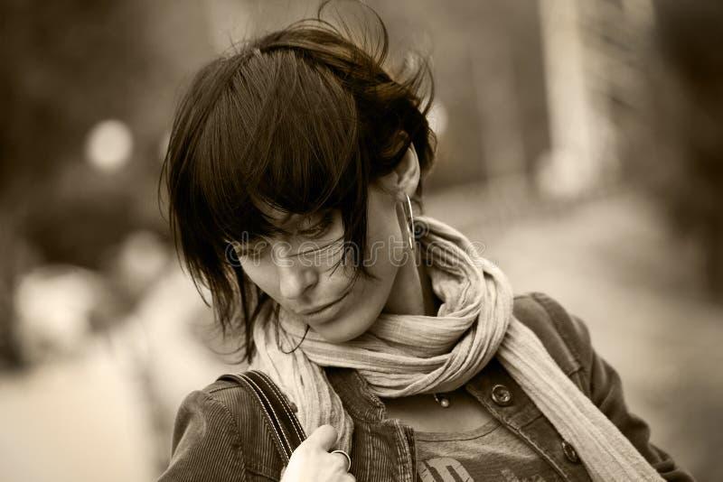 brunette που έχει τις νεολαίες  στοκ φωτογραφία με δικαίωμα ελεύθερης χρήσης