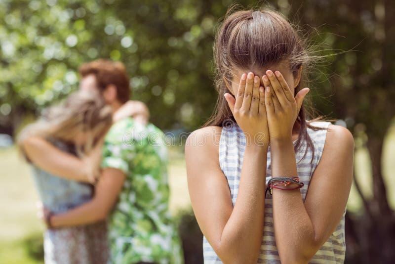 Brunette που ανατρέπεται να δει το φίλο με άλλο κορίτσι στοκ φωτογραφίες με δικαίωμα ελεύθερης χρήσης
