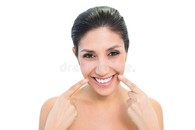 Brunette που δείχνει το στόμα και που χαμογελά στη κάμερα στοκ φωτογραφία με δικαίωμα ελεύθερης χρήσης