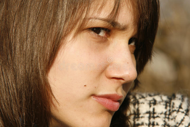 brunette που φαίνεται ύποπτες ν&epsilon στοκ φωτογραφία