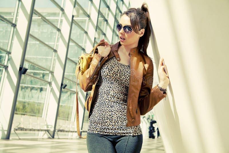 Brunette που φορά τα μοντέρνα ενδύματα στοκ εικόνα