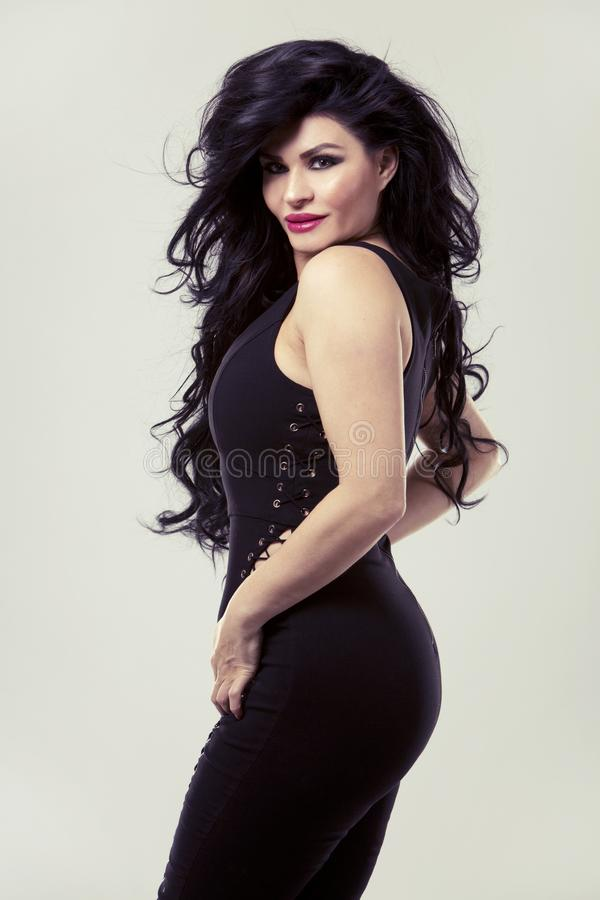 Brunette που φορά το μαύρο κομπινεζόν στοκ εικόνα με δικαίωμα ελεύθερης χρήσης